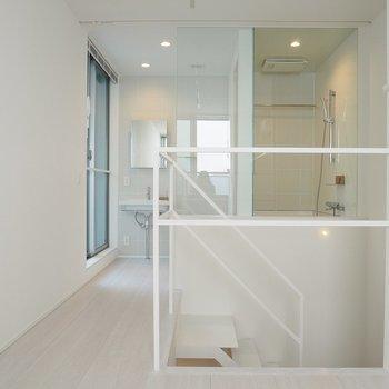 ガラス張りのバスルームはカーテンで隠せます