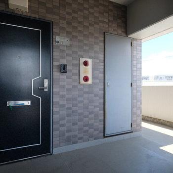 玄関前はエレベーター出てすぐの場所!※写真は前回募集時のものです