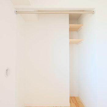 寝室には収納が2つ。オープン収納と※写真は前回募集時のものです