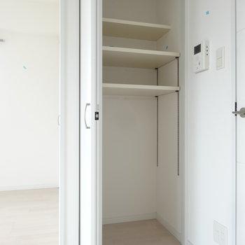 リビングの収納は、使い勝手もいい可動棚になってます。