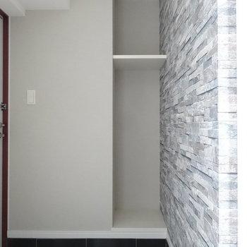 玄関スペースにちょっとした収納スペース。傘立て置いたりしましょうか。