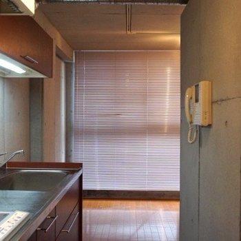 入るとまずキッチンが見えます