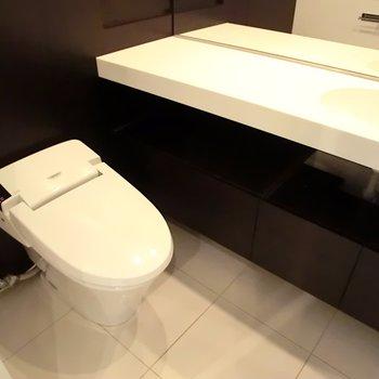 普通のトイレも普通じゃなく見える※写真は別部屋です