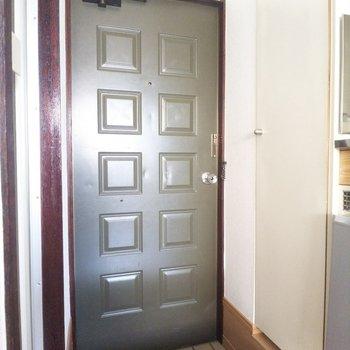 玄関扉のレトロな雰囲気が◎
