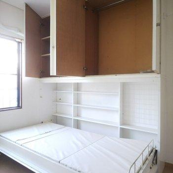 ベッド横に小物や本を入れられそうな棚があるのも嬉しい。