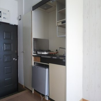 キッチンには嬉しい冷蔵庫付き。