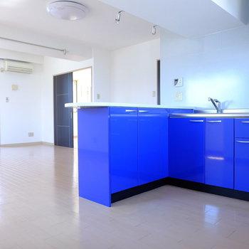 そしてキッチンは青かった