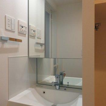 大きな鏡が特徴の独立洗面台※写真は前回募集時のものです
