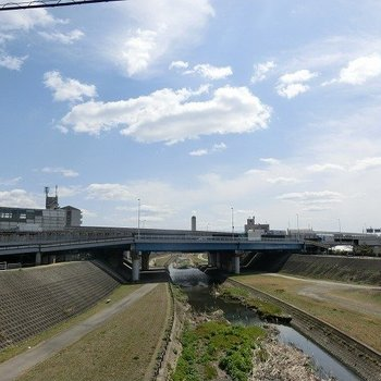 風を感じる河原道がモノレール駅までの道です♪