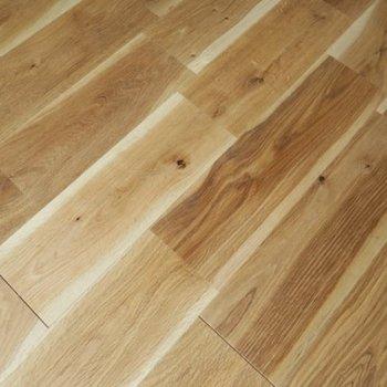 節のある、クールな印象のオークの無垢床※写真はイメージです