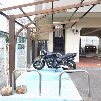 【共用部】駐輪場の近くにバイク置場があって、
