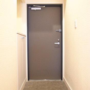 玄関も狭さはありません。