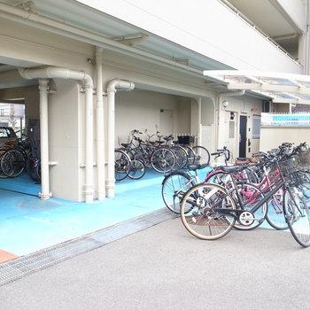 【共用部】建物の裏手に駐輪場があります。