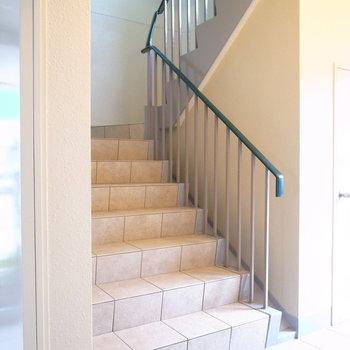 【共用部】階段はこちら。向かいにエレベーターがあります。