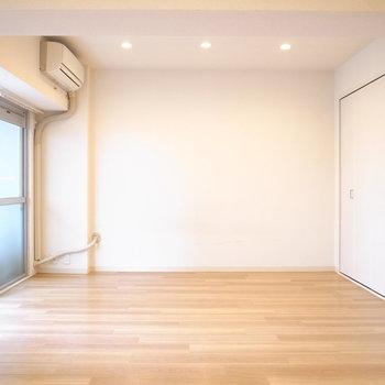 【LDK】ナチュラルモダンが似合う!天井のぽつぽつしたライティングもかわいらしいです。