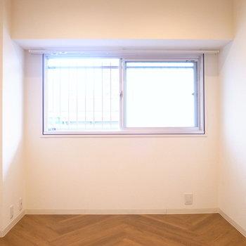 【洋室】広さは6帖。こちらの窓は廊下に面しています。