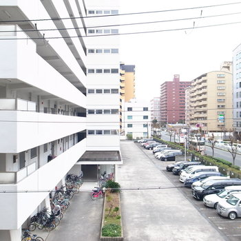 眺望はお向かいのマンションと前の車道です。