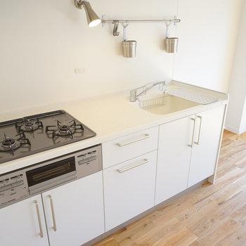 キッチンはグリル付き3口ガスです!