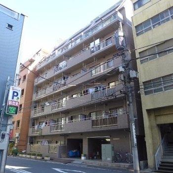 建物はどっしりのマンションです。