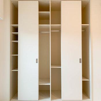 クローゼットは扉4つ分のしっかり収納※写真は4階の同間取り別部屋のものです