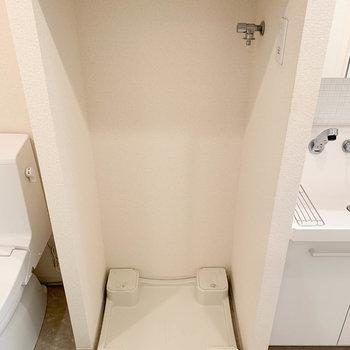 脱衣所に入ると目の前に洗濯機置き場があります。※写真は4階の同間取り別部屋のものです