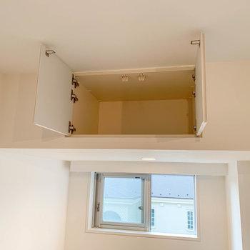 頭上にもちっちゃな収納が。※写真は4階の同間取り別部屋のものです