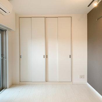 グレーの壁紙がアクセントなお部屋※写真は4階の同間取り別部屋のものです