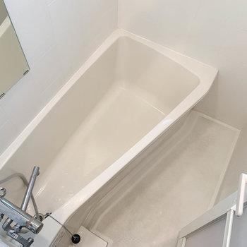 お風呂は細長いながらも足が伸ばせるサイズ感※写真は4階の同間取り別部屋のものです