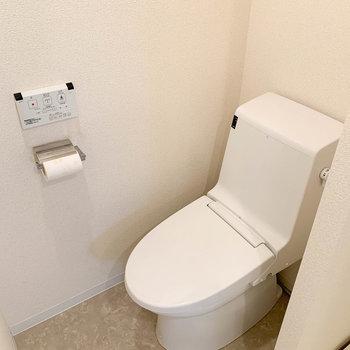 左側にはキレイなトイレ。※写真は4階の同間取り別部屋のものです