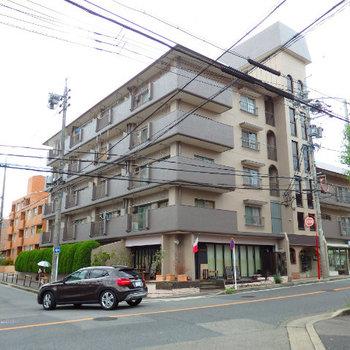 1階にオシャレなフレンチレストランの入っている76年築の建物