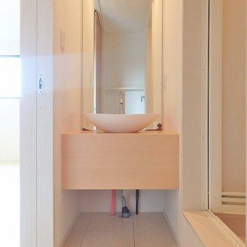 洗面台の鏡はビッグサイズ!