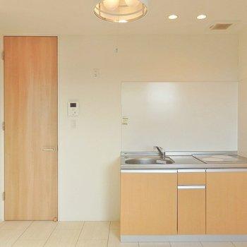 建具の明るい木材とキッチンの色合いに統一感があります。