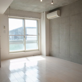 高め天井にむき出し配管がアクセント。※写真は3階の同間取り別部屋です。