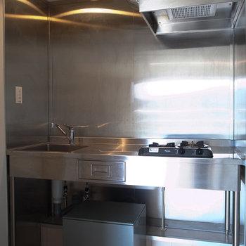キッチンは独立タイプ。※写真は3階の同間取り別部屋です。