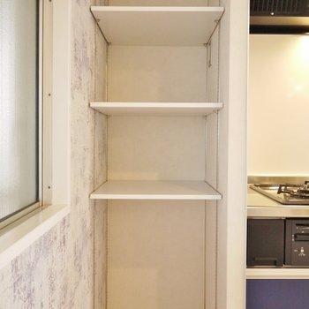 キッチン横のこういう棚嬉しいですね!
