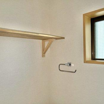 小窓や棚もありますよ。