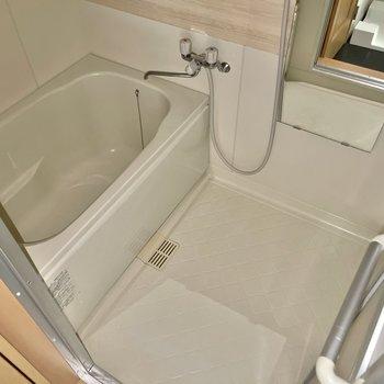 白を基調とした浴室。※ 写真はフラッシュを使用して撮影しています