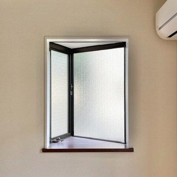 三角形の出窓にはカーテンレールもついています。