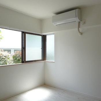居室には腰の高さの窓
