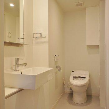 洗面台、トイレともにシンプルに