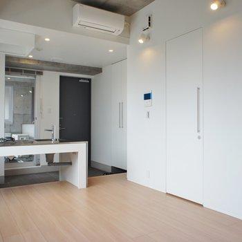 白く壁に同化した扉