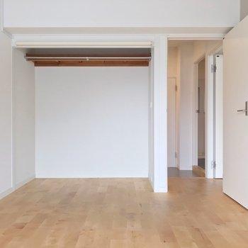 こちらは真ん中のお部屋。ベッドを並べて置ける十分な広さあります(※写真は清掃前のものです)