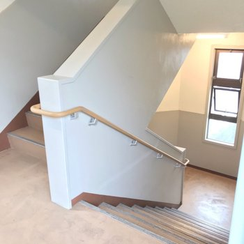 お部屋のある3階までは階段で