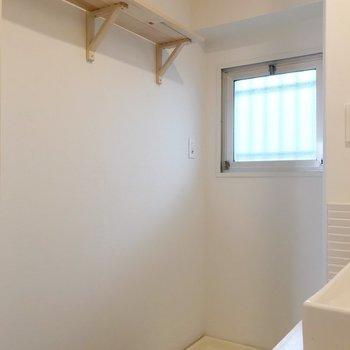 洗濯機置場のほうにも窓。こちらにも木製の棚があります(※写真は清掃前のものです)