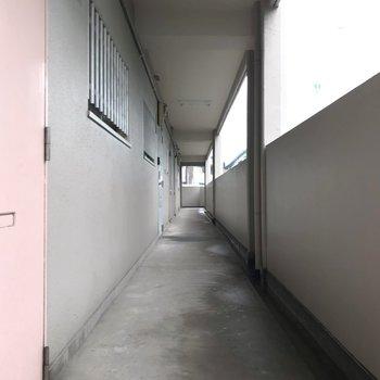 共用廊下は少しレトロさ。ピンクの扉の先には素敵なお部屋があるの、ワクワクしますよね