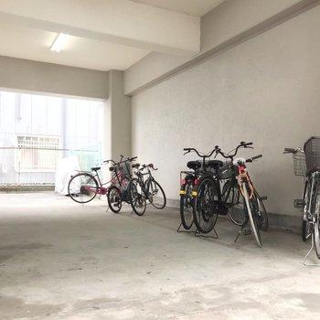 駐輪場は屋根付きで濡れないのが嬉しい。駐輪場も空きがありますよ!