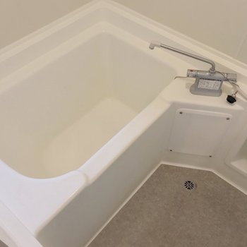 グレーの床と白い浴槽で清潔感たっぷり(※写真は清掃前のものです)