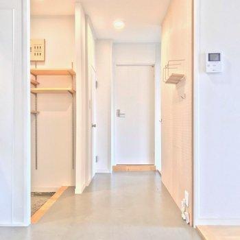 キッチンとは逆側に2つの洋室と水回り(※写真は清掃前のものです)