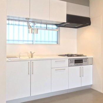大きくて白いキッチン。窓もあって換気もしやすい(※写真は清掃前のものです)