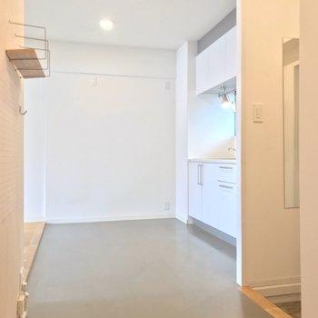 玄関入ってこの土間風廊下。グレーと木と白でうんとナチュラルに(※写真は清掃前のものです)